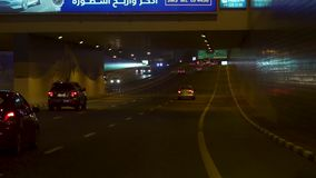 Ντουμπάι, Ηνωμένα Αραβικά Εμιράτα - το Φεβρουάριο του 2018: Σκηνή οδών του Ντουμπάι με τα ίχνη φωτεινού σηματοδότη και τη νέα άπο απόθεμα βίντεο