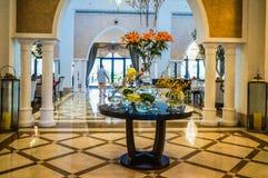 Ντουμπάι Το καλοκαίρι του 2016 Σύγχρονη και φωτεινή εσωτερική μαρμάρινη διακόσμηση στο Al Bahr Rixos Bab ξενοδοχείων στο Ras Al K Στοκ Εικόνα