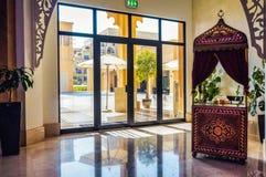 Ντουμπάι Το καλοκαίρι του 2016 Σύγχρονη και φωτεινή εσωτερική μαρμάρινη διακόσμηση στο Al Bahr Rixos Bab ξενοδοχείων στο Ras Al K Στοκ Φωτογραφίες