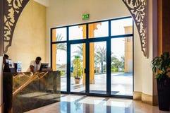 Ντουμπάι Το καλοκαίρι του 2016 Σύγχρονη και φωτεινή εσωτερική μαρμάρινη διακόσμηση στο Al Bahr Rixos Bab ξενοδοχείων στο Ras Al K Στοκ εικόνα με δικαίωμα ελεύθερης χρήσης