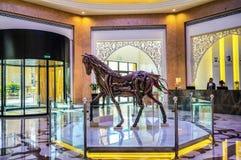Ντουμπάι Το καλοκαίρι του 2016 Σύγχρονη και φωτεινή εσωτερική μαρμάρινη διακόσμηση στο Al Bahr Rixos Bab ξενοδοχείων στο Ras Al K Στοκ φωτογραφίες με δικαίωμα ελεύθερης χρήσης