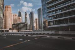 ΝΤΟΥΜΠΑΙ, Ε.Α.Ε. - 18 ΙΑΝΟΥΑΡΊΟΥ 2017: Ντουμπάι κεντρικός το βράδυ, λ Στοκ Εικόνες