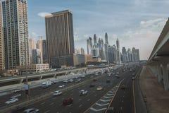 ΝΤΟΥΜΠΑΙ, Ε.Α.Ε. - 18 ΙΑΝΟΥΑΡΊΟΥ 2017: Ντουμπάι κεντρικός το βράδυ, λ Στοκ φωτογραφίες με δικαίωμα ελεύθερης χρήσης