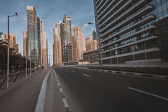 ΝΤΟΥΜΠΑΙ, Ε.Α.Ε. - 18 ΙΑΝΟΥΑΡΊΟΥ 2017: Ντουμπάι κεντρικός το βράδυ, λ Στοκ Φωτογραφία