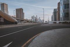 ΝΤΟΥΜΠΑΙ, Ε.Α.Ε. - 18 ΙΑΝΟΥΑΡΊΟΥ 2017: Ντουμπάι κεντρικός το βράδυ, λ Στοκ Φωτογραφίες