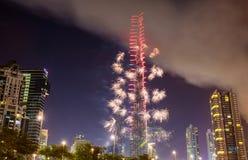 ΝΤΟΥΜΠΑΙ, Ε.Α.Ε. - 1 ΙΑΝΟΥΑΡΊΟΥ: Πυροτεχνήματα από Burj Khalifa σε νέο Year Στοκ Εικόνες