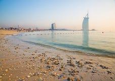 ΝΤΟΥΜΠΑΙ, Ε.Α.Ε. - 30 ΜΑΡΤΊΟΥ 2017: Ο ορίζοντας βραδιού με το Al Άραβας Burj και τα ξενοδοχεία παραλιών Jumeirah και την ανοικτή  Στοκ εικόνα με δικαίωμα ελεύθερης χρήσης