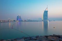 ΝΤΟΥΜΠΑΙ, Ε.Α.Ε. - 30 ΜΑΡΤΊΟΥ 2017: Ο ορίζοντας βραδιού με το Al Άραβας Burj και τα ξενοδοχεία παραλιών Jumeirah και την ανοικτή  Στοκ φωτογραφίες με δικαίωμα ελεύθερης χρήσης