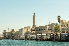 ΝΤΟΥΜΠΑΙ, Ε.Α.Ε. - 10 ΝΟΕΜΒΡΊΟΥ 2016: παραδοσιακές αραβικές βάρκες φορτίου στον κολπίσκο του Ντουμπάι Στοκ Εικόνες