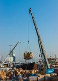ΝΤΟΥΜΠΑΙ, Ε.Α.Ε. 13 ΝΟΕΜΒΡΊΟΥ: Φορτώνοντας ένα σκάφος στο λιμένα εν λόγω το Νοέμβριο Στοκ εικόνα με δικαίωμα ελεύθερης χρήσης