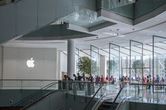 ΝΤΟΥΜΠΑΙ, Ε.Α.Ε. - 06.2018 Ιανουαρίου: Κατάστημα της Apple στη λεωφόρο του Ντουμπάι στο U Στοκ Φωτογραφία