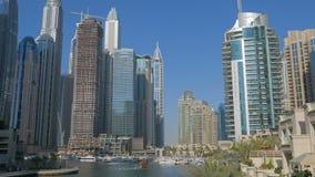 ΝΤΟΥΜΠΑΙ, Ε Α Ε - ΤΟΝ ΙΑΝΟΥΆΡΙΟ ΤΟΥ 2018: πλαστό κανάλι στη μαρίνα του Ντουμπάι στην ηλιόλουστη ημέρα, σύγχρονοι ουρανοξύστες φιλμ μικρού μήκους