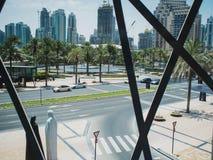 ΝΤΟΥΜΠΑΙ, ΗΝΩΜΕΝΑ ΑΡΑΒΙΚΆ ΕΜΙΡΆΤΑ - 25 ΑΠΡΙΛΊΟΥ 2018: Άποψη οδών μέσω του παραθύρου ενός σύγχρονου κτηρίου, Ντουμπάι στοκ φωτογραφία
