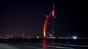 ΝΤΟΥΜΠΑΙ, ΗΝΩΜΕΝΑ ΑΡΑΒΙΚΆ ΕΜΙΡΆΤΑ, Ε.Α.Ε. - 19 ΙΑΝΟΥΑΡΊΟΥ 2018 Ντουμπάι Al Άραβας στη νύχτα, πολυτέλεια 7 Burj όμορφο κτήριο ξενο απόθεμα βίντεο