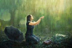 Ντους γυναικών και βροχής στοκ φωτογραφία με δικαίωμα ελεύθερης χρήσης