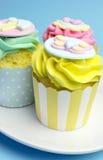 Ντους μωρών ή ροζ των παιδιών, aqua & κίτρινα cupcakes - κλείστε επάνω κίτρινο Στοκ φωτογραφίες με δικαίωμα ελεύθερης χρήσης