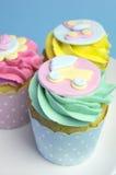 Ντους μωρών ή ροζ των παιδιών, aqua & κίτρινα cupcakes - κλείστε επάνω το καροτσάκι Στοκ φωτογραφία με δικαίωμα ελεύθερης χρήσης