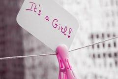 Ντους ` μωρών αυτό ` s ένα κορίτσι `, ένωση καρτών εορτασμού στο καλώδιο με το ρόδινο clothespin και διάστημα για το κείμενο Στοκ φωτογραφία με δικαίωμα ελεύθερης χρήσης