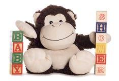 Ντους μωρών με το μαλακό πίθηκο παιχνιδιών Στοκ Φωτογραφία