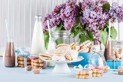 Ντους μωρών μπλε και ρόδινος με τα γλυκά και milkshakes στοκ εικόνα