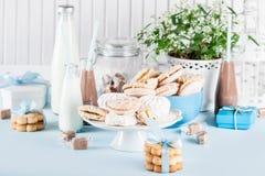 Ντους μωρών στο μπλε με τα γλυκά και milkshakes στοκ εικόνα