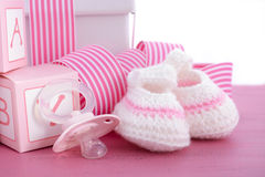 Ντους μωρών του ένα ρόδινο δώρο κοριτσιών Στοκ φωτογραφίες με δικαίωμα ελεύθερης χρήσης