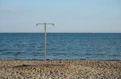 Ντους παραλιών με την άμμο, τη θάλασσα και τον ουρανό Κανένας άνθρωπος, υπόβαθρο καλοκαιρινών διακοπών Στοκ Εικόνα