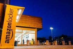 Ντουλάπι του Αμαζονίου στο κατάστημα υπεραγορών λεωφόρων με το μεγάλους χώρο στάθμευσης και το du Στοκ φωτογραφία με δικαίωμα ελεύθερης χρήσης