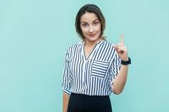 Ντροπή σας! Χαριτωμένη κυρία εργαζομένων επιχειρησιακών γυναικών που δείχνει το δάχτυλο επάνω Στοκ φωτογραφίες με δικαίωμα ελεύθερης χρήσης