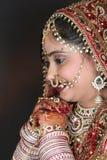 ντροπαλή ινδική νύφη στοκ εικόνα