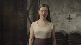 Ντροπαλή κομψή γυναίκα που κουνά το κεφάλι της με τη συμφωνία απόθεμα βίντεο