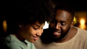 Ντροπαλό αφροαμερικανός ζεύγος κατά την ημερομηνία νύχτας, τα τρυφερά συναισθήματα, την εμπιστοσύνη και τη στενότητα στοκ εικόνες