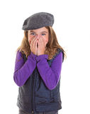 Ντροπαλό κορίτσι παιδιών παιδιών που χαμογελά κρύβοντας το πρόσωπό της με το χέρι Στοκ Φωτογραφία