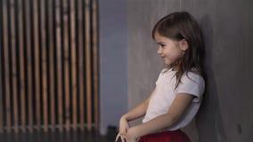 Ντροπαλό μικρό κορίτσι που κυματίζει τα χέρια της για να εκφράσει τις συγκινήσεις στο εσωτερικό απόθεμα βίντεο