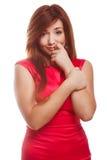 Ντροπαλή αμήχανη κορίτσι γυναίκα στο κόκκινο φόρεμα που πιέζεται στοκ εικόνες με δικαίωμα ελεύθερης χρήσης