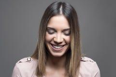 Ντροπαλή νέα γυναίκα που χαμογελά με τις ιδιαίτερες προσοχές Ευμετάβλητο οριζόντιο πορτρέτο Στοκ Εικόνες