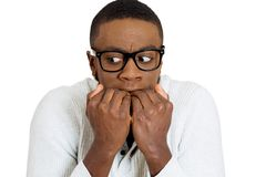 Ντροπαλός δυστυχισμένος τύπος με τα μαύρα γυαλιά που δαγκώνουν τα καρφιά του που φαίνονται φοβησμένα Στοκ Εικόνες