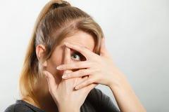 Ντροπαλό κορίτσι που κρύβει το πρόσωπό της Στοκ εικόνα με δικαίωμα ελεύθερης χρήσης