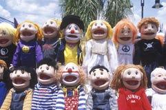 Ντυμένες επάνω κούκλες στην έλξη ακρών του δρόμου στοκ εικόνα