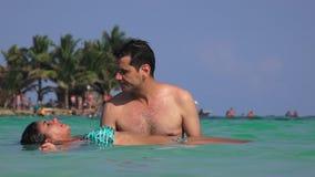 Ντυμένη γυναίκα μπικινιών που επιπλέει στον ωκεανό απόθεμα βίντεο