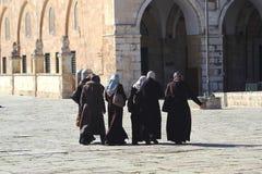 ντυμένος επικολλήστε έξι γυναίκες ναών παραδοσιακά Στοκ εικόνα με δικαίωμα ελεύθερης χρήσης