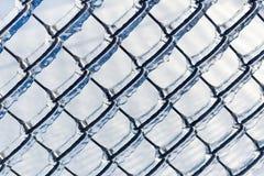 Ντυμένος πάγος φράκτης συνδέσεων αλυσίδων από μια θύελλα πάγου Στοκ φωτογραφία με δικαίωμα ελεύθερης χρήσης