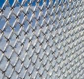 Ντυμένος πάγος φράκτης συνδέσεων αλυσίδων από μια θύελλα πάγου Στοκ εικόνα με δικαίωμα ελεύθερης χρήσης