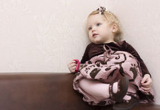 ντυμένο κορίτσι καλά Στοκ Φωτογραφίες