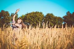 Ντυμένο κορίτσι ύφος κάουμποϋ έξω από τον τομέα στοκ φωτογραφία