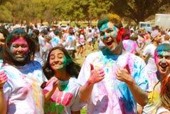 Ντυμένο χρώμα φεστιβάλ ανοίξεων φίλων Στοκ εικόνα με δικαίωμα ελεύθερης χρήσης