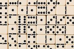 Ντόμινο παιχνιδιού σε έναν ξύλινο πίνακα Η έννοια του παιχνιδιού του δ Στοκ Φωτογραφίες