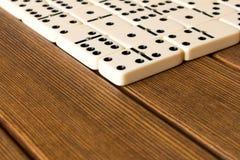 Ντόμινο παιχνιδιού σε έναν ξύλινο πίνακα Η έννοια του παιχνιδιού του δ Στοκ Εικόνα