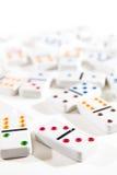 Ντόμινο που διασκορπίζονται στο λευκό Στοκ φωτογραφίες με δικαίωμα ελεύθερης χρήσης