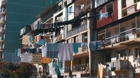 Ντύνει την ένωση και την ξήρανση σε ένα σχοινί σε ένα κτήριο πολυ-ιστορίας σε μια φτωχή περιοχή της πόλης φιλμ μικρού μήκους